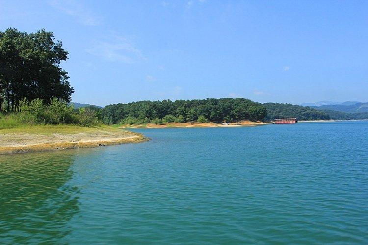 薄山湖风景区位于驻马店确山县城南20公里处,距京广铁路,京珠高速