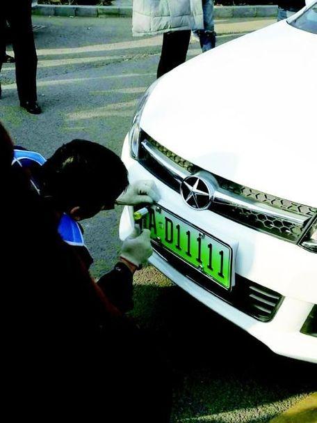9点30分,山东省首张新能源汽车号牌鲁ad11111产生,当天126副新能源