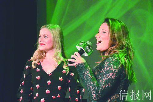 左为白女巫扮演者卡莉,右为绿女巫扮演者杰奎琳