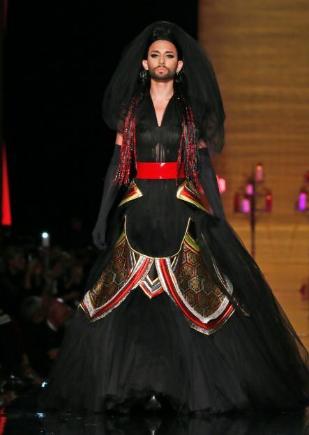 当地时间2014年7月9日,大胡子小姐变身性感模特出席著名设计师保罗