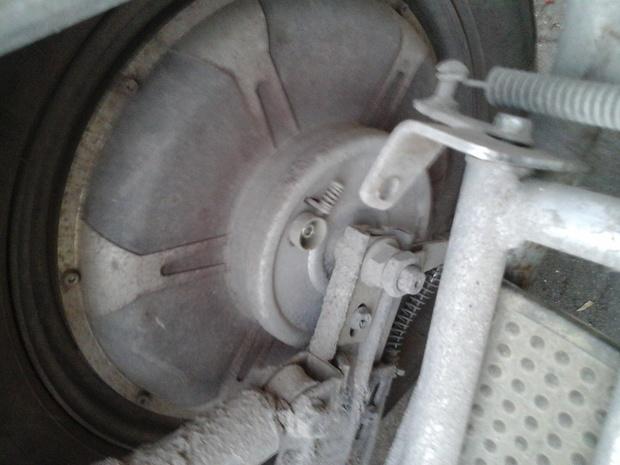 我这个电动车不知道换了几个车闸老是不灵,我想把后面刹车改为前轮